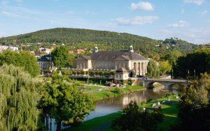 Im Stil des klassizierenden Jugendstils zwischen 1911 und 1913 erbaut, ist der Regentenbau bis heute das Wahrzeichen und kulturelle Herzstück Bad Kissingens. - Foto: Staatsbad Bad Kissingen GmbH / Heji Shin