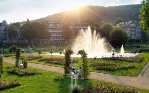 Im Rosengarten können Gäste und Einwohner 130 Rosensorten, die an etwa 10 000 Stöcken gedeihen, bewundern. Und bei Einbruch der Nacht verbindet der Multimedia-Brunnen musikalische Klänge mit visuellen Effekten. - Foto: Staatsbad Bad Kissingen GmbH / Dominik Marx
