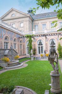 Der anmutige, offene Schmuckhof erinnert mit all seinen Statuen, Brunnen und Wandmalereien und dem hohen Laubengang an einen italienischen Gartenhof der Renaissance. - Foto: Staatsbad Bad Kissingen GmbH / Heji Shin