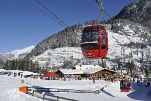 Mit diesen Gondeln geht es hinauf ins Skigebiet Grosseck-Speiereck. – Foto: Peter Schitter
