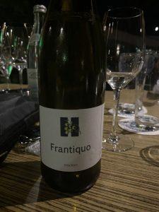 """""""Frantiquo"""" (""""Alter Franke"""") hat Marcel Hümmler seinen Wein genannt, dessen 17 verschiedene Reben im ökologisch bewirtschafteten Museums-Weinberg bei Hammelburg gedeihen. – Foto: Verena Dotzel"""