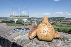 """Eine nicht wegzudenkende kleine Besonderheit, die seit jeher zum Hammelburger Wein gereicht wird, ist der Dätscher. Das dreieckige Gebäckteil wird aus dunklem Roggen gebacken und mit grobem Salz und Kümmel bestreut. Entstanden ist der Dätscher aus einer Not heraus, wollte man doch früher die Teigreste beim Brotbacken keinesfalls verschwenden. Vielmehr """"dätschte"""" man die Reste mit der Hand in Form und nutzte die Resthitze im Ofen zum Backen. – Foto: Florian Trykowski"""