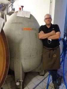 Volker Pfaff, Oenologe des Weinguts Baldauf in Ramsthal, steht neben einem einförmigen Betonfass, in dem Silvaner heranreift. – Foto: Dieter Warnick