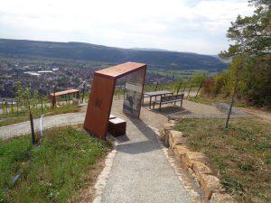 """Einer von 20 magischen Orten im Weinland Franken befindet sich seit 2020 auch in Hammelburg. An diesem besonderen Aussichtspunkt, """"Terroir f"""" genannt, erhält der Besucher einen einzigartigen Einblick in die Welt des Weins und einen prächtigen Ausblick auf den Ort und die Rhön. – Foto: Dieter Warnick"""