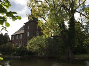 Haus Wohnung, ein ehemaliger Adelssitz, heute im Besitz eines rheinischen Energieunternehmens. Ausgangspunkt der imaginierten Rheinreise.