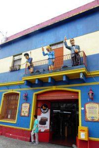 In Gelb-Blau, den Farben der Boca Juniors, ist auch das Stadion gestrichen. Die Fußballarena liegt mitten im Stadtviertel La Boca