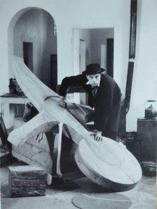Joseph Beuys, in Spellen gezeugt, präsentiert sein Kreuz für das Büdericher Ehrenmals.