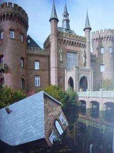 Schloss Moyland und das versinkende Haus von Tea Mäkipää. Das Schloss zeigt permanent Kunst von Joseph Beuys und ist ein Forschungszentrum zu Beuys.
