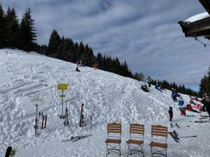 Diese drei Stühle vor der Höhenbrandalm warten noch auf Gäste… - Foto: Kunz-PR