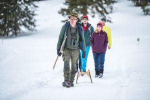 Wildbeobachter Roman Runggaldier führt in kleinen Gruppen durch den schneebedeckten Naturpark. – Foto: Dolomites Val Gardena-Grödental. – Foto: Val Gardena-Grödental