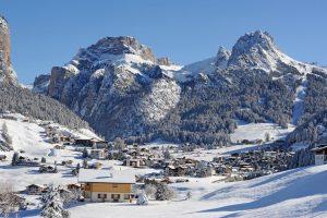 Blick auf den malerisch gelegenen Ort Wolkenstein. – Foto: Diego Moroder
