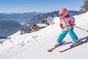 Mutig und voller Tatendrang hat dieses Mädchen viel Spaß bei der Abfahrt. - Foto: Region Villach Tourismus / Franz Gerdl