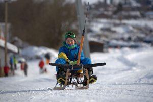 Mit dem Rodel geht`s auch bergauf. – Foto: Skischule Montevia