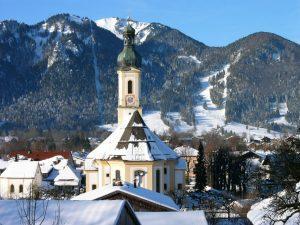 Die Pfarrkirche St. Jakobus wurde 1722 von dem Münchner Stadtmaurermeister Adam Schmidt auf Wunsch des Hofmarksherrn Graf Ferdinand Joseph von Herwarth erbaut. – Foto: Tourismus Lenggries