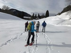 Die Tour mit den Schneeschuhen durch das verwunschene Schwarzenbachtal ist 2,5 Kilometer lang. – Foto: Kunz-PR