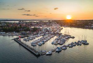 Sonnenuntergang an der Hafenspitze. – Foto: Eckernförde Tourismus & Marketing GmbH