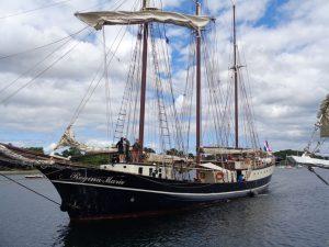 """Die """"Regina Maris"""" läuft in den Hafen von Eckernförde ein. Das Schiff, Baujahr 1970, lief einst für die Nordseefischerei vom Stapel, wurde aber 1990 zu einem schönen 3-Master umgebaut. Der Schoner, der unter niederländischer Flagge fährt, ist ein eindrucksvolles Segelschiff, das als sehr seefest und schnell gilt. Auf seinem geräumigen Deck und in der großzügigen Messe bietet das Schiff 80 Tagesgästen ausreichend Platz, um einen unvergesslichen Törn zu erleben. Sie eignet sich hervorragend für Tagungen, Präsentationen, Seminare und Partys, ist 40 Meter lang, 6,90 Meter breit und verfügt über 36 Kojen (zwei 2er-Kabinen, acht 4er- Kabinen) als Übernachtungsmöglichkeit. – Foto: Dieter Warnick"""