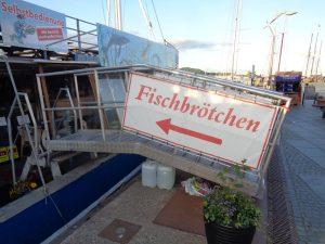 Fischbrötchenverkauf auf einem Schiff, das im Hafen liegt – eine originelle Idee. – Foto: Dieter Warnick