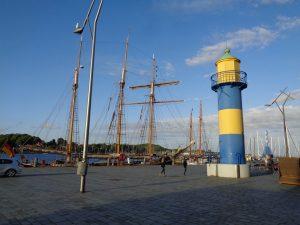 Im Jahr 1907 wurde am Stadthafen ein Leuchtturm errichtet. Durch den Bau eines weiteren Yachthafens musste der zwölf Meter hohe Betonturm 1981 durch ein neues Leuchtfeuer ersetzt werden. Zur Unterscheidung mit dem aktiven Leuchtfeuer erhielt der Turm einen Anstrich in den Eckernförder Wappenfarben. – Foto: Dieter Warnick