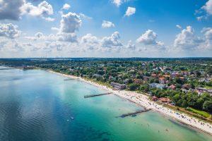 Strand mit Hinterland. Insgesamt stehen den Gästen auf vier Kilometer feinstem Sand 700 Strandkörbe zur Verfügung, sofern Covid-19 nicht wütet. – Foto: Eckernförde Tourismus & Marketing GmbH