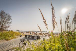 """Auch für Radtouristen gibt es jede Menge zu erkunden; am Ende einer """"Ausfahrt"""" winkt vielleicht ein Sprung ins kühle Nass. – Foto: Eckernförde Tourismus & Marketing GmbH"""