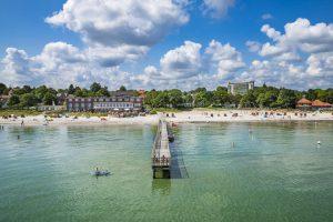 Seebrücken haben ihren ganz besonderen Reiz. Die Holzplanken führen ein Stück weit hinaus in die Ostsee und so manch einer hat schon die Planken gezählt. – Foto: Eckernförde Tourismus & Marketing GmbH