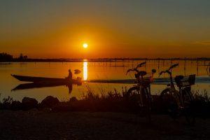 Lagune mit Fischer. – Foto: Mirco Toffolo