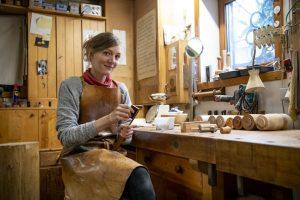 Eva Engler in ihrer Werkstatt. – Foto: Zugspitz Region www.inser-hoamat.de / Christian Stadler