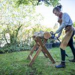 Das Produkt Holz ist für Eva Engler eine Herzensangelegenheit. – Foto: Zugspitz Region www.inser-hoamat.de / Christian Stadler