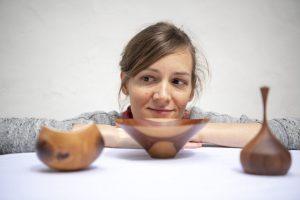 Eva Engler begutachtet einige ihrer Werke. – Foto: Zugspitz Region www.inser-hoamat.de / Christian Stadler