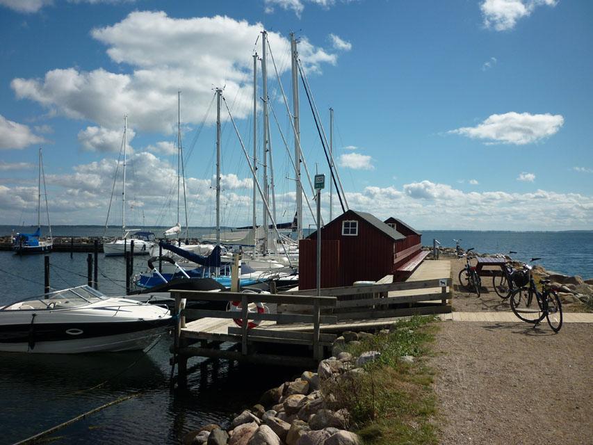 Am Hafen von Rörvig.