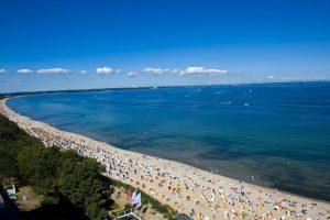 Besser geht`s nicht: Blauer Himmel, eine blaue Ostsee und ein kilometerlanger Sandstrand. – Foto: TSNT GmbH