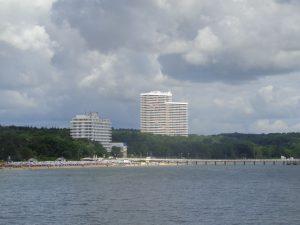 Wahrzeichen von Timmendorfer Strand sind die in ihren Ausmaßen gewaltigen Maritim-Hotels. Links das Seehotel, rechts das Clubhotel. – Foto: Dieter Warnick