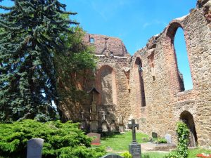 Die Nikolaikirche wurde im Dreißigjährigen Krieg zerstört und ist seitdem eine Ruine. Der Innenraum dient seit 1745 als Friedhof.– Foto: Dieter Warnick