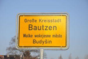 Die Ortsschilder in Bautzen sind zweisprachig: deutsch und sorbisch. – Foto: Jens-Michael Bierke