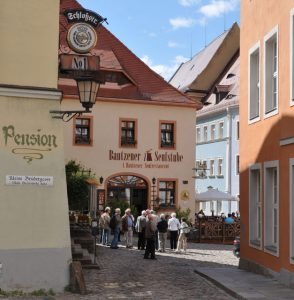 Der großzügig gestaltete Hauptmarkt mit Barockhäusern entstand um das Jahr 1200 und diente im Mittelalter als Richtstätte. – Foto: Dieter Warnick