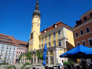 """Das Rathaus von Bautzen wurde 1213 als steinernes Haus für sieben Schöffen erbaut. Der Turm wurde in den Jahren zwischen 1489 und 1493 errichtet. 1582 wurde das Gebäude um ein Stockwerk erhöht. Nach der Zerstörung durch Brände (1634 und 1704) wurde es 1705 im Barockstil wieder aufgebaut; der Turm erhielt dabei eine dreistöckige """"Bekrönung"""" . – Foto: Dieter Warnick"""