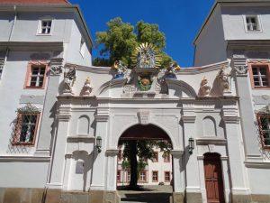 Das Domstift St. Petri ist seit seiner Entstehung zu Beginn des 13. Jahrhunderts das Zentrum der katholischen Kirche in der Oberlausitz. Es beherbergt das Bischöfliche Ordinariat, das Archiv (seit 1921), die Bibliothek (seit 1350) und die Domschatzkammer (seit 1885). – Foto: Dieter Warnick