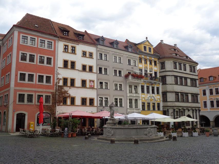 Der Görlitzer Untermarkt ist der zentrale Ort in der Altstadt. Der Platz ist durch die mittige Bebauung in einen nördlichen und einen südlichen Teil getrennt. Der Neptunbrunnen (im Vordergrund) befindet sich an der Stelle eines historischen Röhrkastens (eine Art Brunnen) und wurde 1756 fertiggestellt. Die Alte Waage und mehrere Bürgerhäuser, die sogenannte Zeile, teilen den Untermarkt hinter dem Brunnen in zwei Teile. In der Enge der Stadt wurden schon vor 400 Jahren fünf Etagen hohe Wohnhäuser erbaut. – Foto: Dieter Warnick