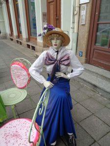Vor dem Cafe 1900 am Obermarkt wartet diese Frau aus dem 19. Jahrhundert darauf, bedient zu werden. – Foto: Dieter Warnick