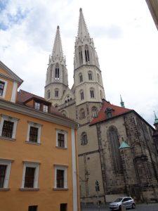 Die Pfarrkirche St. Peter und Paul, kurz Peterskirche genannt, thront über dem Neißetal und beherrscht durch das weithin sichtbare Turmpaar die historische Altstadt. – Foto: Dieter Warnick