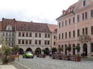 """Das Hotel Börse (rechts) steht in der berühmten """"Zeile"""" mitten auf dem sagenumwobenen Untermarkt. Bereits im 14. Jahrhundert ist hier ein Markthaus erwähnt, das 1706 abgebrochen und durch einen Neubau ersetzt wurde. – Foto: Dieter Warnick"""