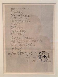"""Exponat in der Ausstellung """"... hier ist meine Heimat"""" – Beuys in Italien im Schloss Moyland. Auf dem Blatt verzeichnete Beuys seine wichtigsten Helfer und besten Freunde. Ganz oben steht Hülsermann."""