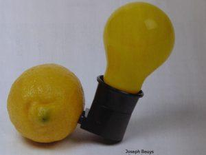 """Die """"Capri-Batterie"""" schuf Beuys wenige Monate vor seinem Tod, während er sich in Italien von einer Lungenentzündung erholte."""